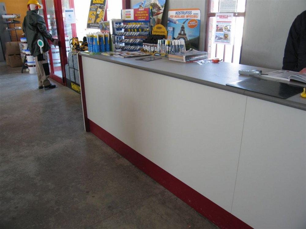 Banconi per ferramenta reception e banconi arredo for Negozi sedie ufficio roma