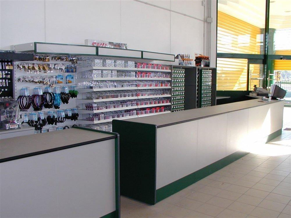Banconi per ferramenta reception e banconi arredo for Arredamenti ufficio roma